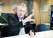 Der Zuger Finanzdirektor Heinz Tännler in seinem Büro. (Bild: Stefan Kaiser (Zug, 9. Dezember 2016))