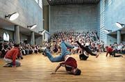 Chöre treffen auf Breakdancer: Die Maihofkirche bietet genügend Platz für solch ungewohnte Aufführungen. (Bild: Nadia Schärli (Luzern, 9. Mai 2015))