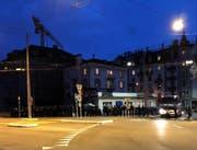 Einsatzkräfte der Polizei warten nach dem Spiel am Bundesplatz an der Route einer grossen Gruppe von Fussball-Anhängern vom Stadion zum Luzerner Bahnhof. (Bild: Yasmin Kunz (Luzern, 11. März 2018))