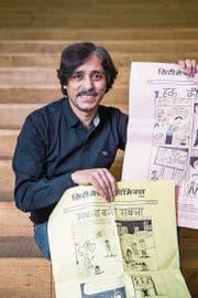 Sharad Sharma (45) mit von Laien gezeichneten Grassroots Comics. (Bild: Manuela Jans-Koch (16. Februar 2018))