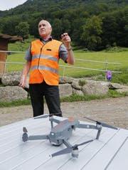 Werner Ruf, Projektleiter Drohne bei der SBB, stellt die fliegende Kamera vor. (Bild: Stefan Kaiser (Arth, 21.August 2017))