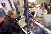 Symbolbild: Ein Kunde kauft an einem bedienten SBB Schalter ein Billett. (Bild LZ)