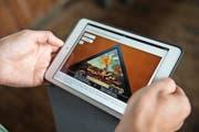 Dank einem E-Book können Interessierte bald die Kapellbrückenbilder anschauen. Hier zeigt es auf einem Tablet die Bildtafel 9 «Bannerträger von Willisau mit seiner Stadt» (Kopie). (Bild Nadia Schärli)