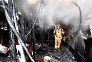 Ein Feuerwehrmann im komplett ausgebrannten Spital von Miryang. (Bild: Getty)