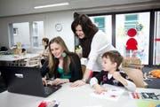 Mia-Projektleiterin Bettina Bach (Mitte) mit einer jungen Mutter, die sie beim Finden einer Lehrstelle unterstützt. (Bild: Manuela Jans / Neue LZ)