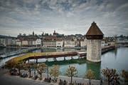 Wer die Kapellbrücke in Luzern noch in ihrervollen Pracht anschauen und fotografieren will, sollte dies vor dem 24. August tun. Denn ab dann wird an der Brücke gebaut und die Blumenkästen sowie die Bilder demontiert. (Bild: Pius Amrein / Neue LZ)