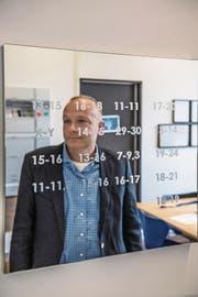 Michael Thali (49) leitet seit 2011 das Institut für Rechtsmedizin der Universität Zürich. Seinen DNA-Code hat er sich auf einen Spiegel im Büro aufschreiben lassen. (Bild: Nadia Schärli (Zürich, 19. April 2017))