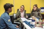 Die Sek-Schülerinnen Lorena Weber (links) und Selina Hellmüller aus Emmen erkundigen sich am Stand von Lidl über die Anforderungen für eine Lehre im Detailhandel. (Bild: Nadia Schärli (Luzern, 9. November 2017))