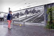 Zwei 16 Meter lange Blachen zeigen Bilder des Rotkreuzer Bahnhofsgebäudes und des Stellwerks vor 1972. (Bild Werner Schelbert)