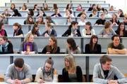 PH-Studenten in ihren Bänken vor dem Unterricht. (Bild Werner Schelbert/Neue ZZ)