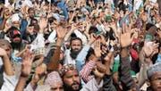Anhänger der radikalen Partei Tehreek Labaik Ya Rasool Allah demonstrieren in Karatschi gegen die Auflösung eines Protestcamps in Islamabad. (Bild: Shahzaib Akber/EPA (25. November 2017))