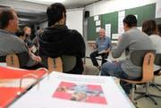 Kursleiter René Stalder bespricht mit den «Schülern» den Stoff der vergangenen Lektionen. (Bild Adrian Venetz)