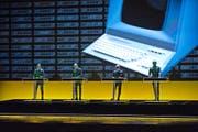 Mit wuchtigen Bildern und wuchtigen Klängen begeisterten Kraftwerk im KKL. (Bild Roger Gruetter)