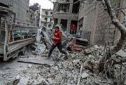 Rettungshelfer im bombardierten Douma in der syrischen Rebellenenklave Ost-Ghuta. Bild: Mohammed Badra/EPA (22. Februar 2018) (Bild: Mohammed Badra/EPA (22. Februar 2018))