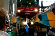 Die Polizei kontrolliert einen Bus. (Symbolbild Neue LZ)