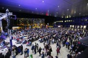 Der EVZ feiert am Donnerstagabend den Saisonabschluss mit seinen Fans. Im Bild: Public Viewing vor der Bossard Arena am Sonntag. (Bild: Stefan Kaiser)