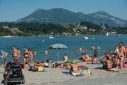 Die Hitze lockte viele ins Wasser – so auch in der Ufschötti. (Bild: Boris Bürgisser / Neue LZ)