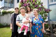 Fünf Generationen: (von links) Susanne Stalder, Verena Bächler mit Zeruja, Lena Kramis und Maria Pittet. (Bild Manuela Jans)
