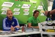 Autogrammrunde vor dem Testspiel: Markus Neumayr (links) und Yann Sommer unterschreiben Fankarten. (Bild: pd)
