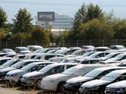 VW-Fahrzeuge bei Amag im aargauischen Lupfig: Der Abgasskandal scheint die Schweizer Kundschaft unbeeindruckt zu lassen. Im ersten Quartal konnte VW seinen Marktanteil hierzulande gar leicht steigern (Archiv). (Bild: KEYSTONE/WALTER BIERI)