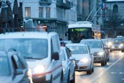 Der Verkehr soll auf den Hauptachsen der Stadt Luzern flüssiger rollen. Im Symbolbild: Abendverkehr in der Stadt Luzern. (Bild: Boris Bürgisser)