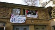Transparente an der Fassade der Remise hinter der Villa Musegg zeugen von der Hausbesetzung durch Aktivisten der Gruppe «Pulp@». (Bild: PD/Gruppe «Pulp@»)