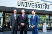 Regierungsrat Reto Wyss (v.l.), SNB- Präsident Thomas Jordan und Gründungsdekan Christoph A. Schaltegger finden sich zur Eröffnung der Wirtschaftsfakultät ein. (Bild: Dominik Wunderli / Neue LZ)