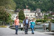 Unterwegs in Weggis: Oskar Macchi, 91-jährig, ist mit seinen Enkeln Louis (12, links) und Julius (9) auf einem Spaziergang. (Bild Pius Amrein)