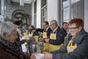Nationaler Suppentag vor dem Hotel Schweizerhof in Luzern. Das Bild entstand am Donnerstag, 23. November 2017. Bild: (Pius Amrein / LZ) Suppentag, Suppe, Schweizer Tafel, Solidarität, Spende (Bild: Pius Amrein (Luzern, 23. November 2017))