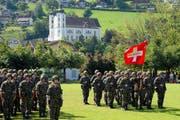 Fahnenübernahme und WK-Beginn auf der Wiese vor der Kantonsschule in Sarnen. (Bild Robert Hess/Neue OZ)