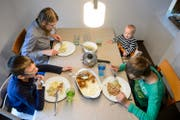 Eine Mutter mit ihren zwei schulpflichtigen Buben und ihrem 6-monatigen Sohn beim Mittagessen. (Bild: Laurent Gillieron/Keystone)