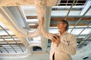 Ein Arbeiter der Firma Stöckli AG Stans macht Stukaturen an die Decke. (Bild Corinne Glanzmann/Neue NZ)