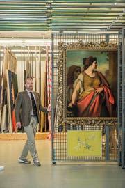 Heinz Stahlhut, Sammlungskonservator am Kunstmuseum Luzern, präsentiert ein Gemälde von Friedrich von Amerling – eines der Werke, deren Herkunft nun genauer untersucht wird. (Bild Dominik Wunderli)