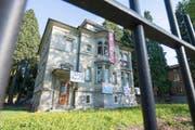 """Die Gruppe """"Gundula"""" besetzte über mehrere Tag die leer stehende Villa an der Obergrundstrasse in Luzern. (Bild: Keystone / Urs Flüeler)"""