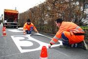 Wie hier im November 2007 werden wohl auch in diesem Jahr in Stans Arbeiter weitere Tempo-30-Zonen markieren. (Archivbild Corinne Glanzmann/Neue NZ)