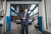 CEO Peter Schildknecht in der Lagerhalle der Chemie + Papier Holding in Perlen. (Bild: Dominik Wunderli (Perlen, 15. März 2017))