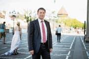 Regierungspräsident Marcel Schwerzmann (52, parteilos) auf dem Platz vor der Jesuitenkirche. (Bild: Corinne Glanzmann (Luzern, 13. April 2017))