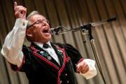 Franz Stadelmann dirigiert ein Lied anlässlich der CD Taufe. (Bild: Philipp Schmidli (Marbach, 12. August 2017))
