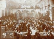 Bärteliessen von 1913 im festlich geschmückten Saal des Hotels Union. (Archivbild Safran-Zunft)