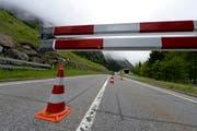 Bleibt längere Zeit gesperrt: Strasse zwischen Göschenen und Andermatt. (Bild: Keystone)