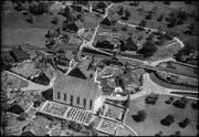 Seit der Aufnahme von 1950 (oben) hat sich das Bild Walchwils verändert. Einige der bestehenden Häuser sind denkmalgeschützt, beispielsweise die drei zwischen der Kirche und dem Bahngleis. (Bilder Werner Friedli/ETH Bibliothek (oben), Andreas Busslinger)