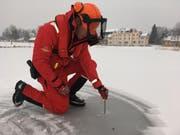 Ist das Eis dick genug? Nein! Darum dürfen die zugefrorenen Gewässer im Kanton Zug derzeit nicht betreten werden. (Bild: Zuger Polizei)