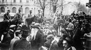 Der Bundesrat bietet die Armee gegen die eigene Bevölkerung auf: Truppen auf dem Zürcher Paradeplatz, 7. November 1918. (Bild: Keystone)