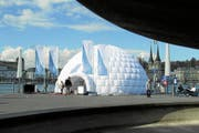 Vor dem KKL steht ein Igluzelt für den Apero nach der Präsentation der Fakten zur Bewerbung der Kandidatur Luzern/Zentralschweiz Olympischen Winterspiele 2020. (Bild: PD)