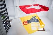 Die Kantonsfahne von Uri sowie die Schweizerfahne hängen im Rathaus von Uri am Sonntag, den 4. März 2018 in Altdorf (Symbolbild). (Bild: Christian Merz / Keystone)