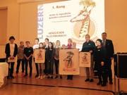 Sämtliche Preisträger des Kinder- und Jugendawards mit Regierungsrat Guido Graf (rechts). (Bild: pd)