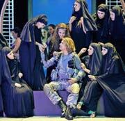 Klaus Florian Vogt als «Parsifal», umgarnt von Musliminnen. Oder sind es Nonnen? (Bild: Keystone)