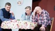 Von links: Edi Schiesser (gespielt von Marcel Roos), Stefan Beck (gespielt von Thomas Broch) und Hubi Dreifuss (gespielt von Jonas Morach) haben im Ausgang über die Stränge geschlagen. (Bild: Stefan Kaiser (Rotkreuz, 28. April 2017))