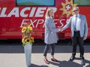 Blumen für die Aktiengesellschaft: Die Geschäftsführerin Annemarie Meyer und der Verwaltungsratspräsident Isidor Baumann anlässlich der Gründung des Bahnunternehmens Glacier Express AG auf dem Oberalppass. (Bild: KEYSTONE/URS FLUEELER)