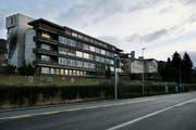 Hauptgebäude des alten Kantonsspital an der Artherstrasse in Zug. Hier sollen bald 80 Asylsuchende einziehen. (Bild: Stefan Kaiser (Neue ZZ))